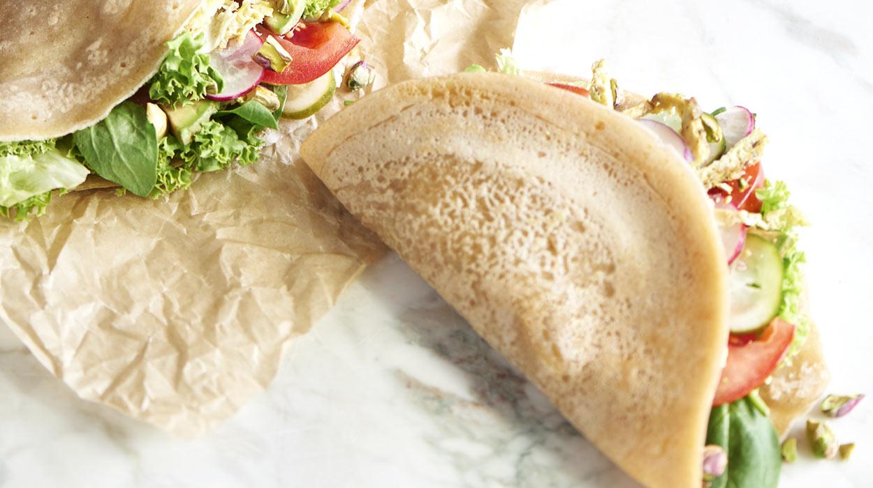 Śniadaniowe wrapy z sosem z tahini
