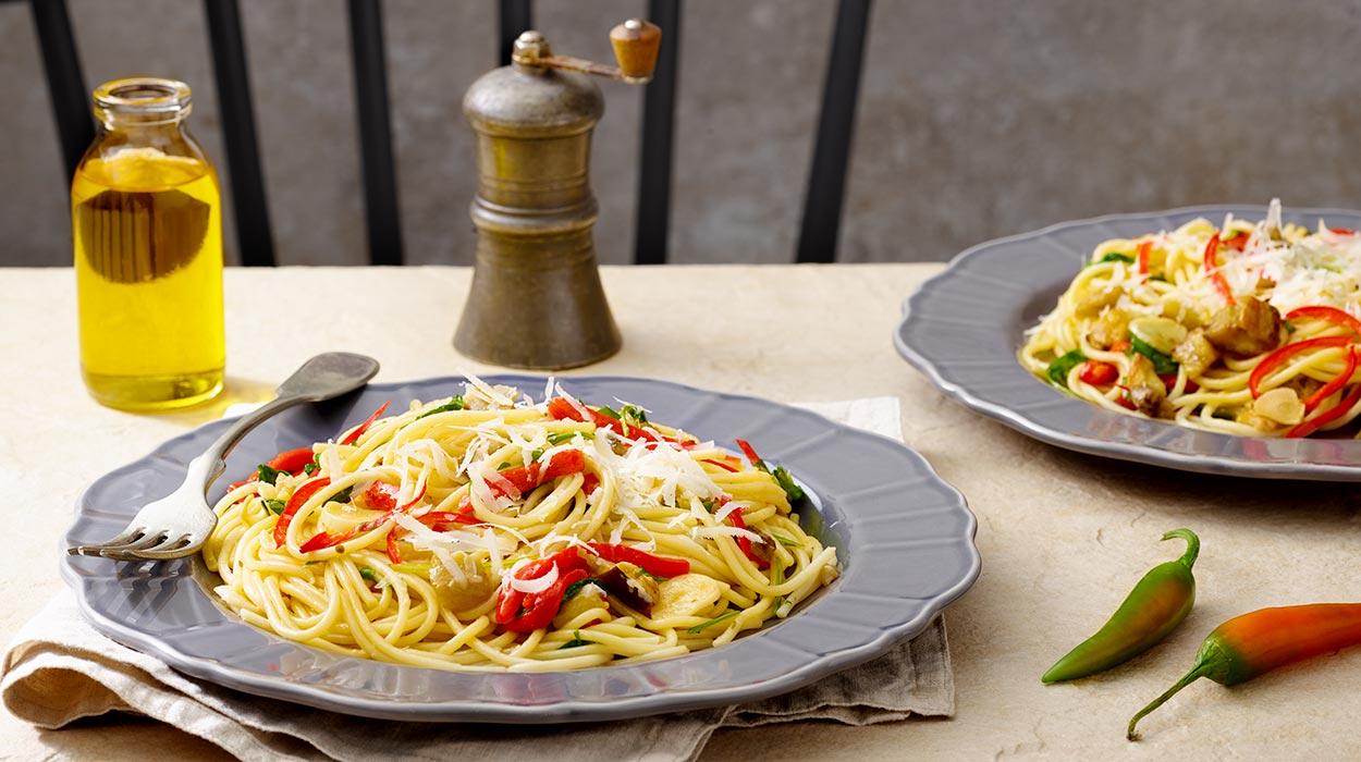 Spaghetti aglio e olio z pieczoną papryką i rukolą