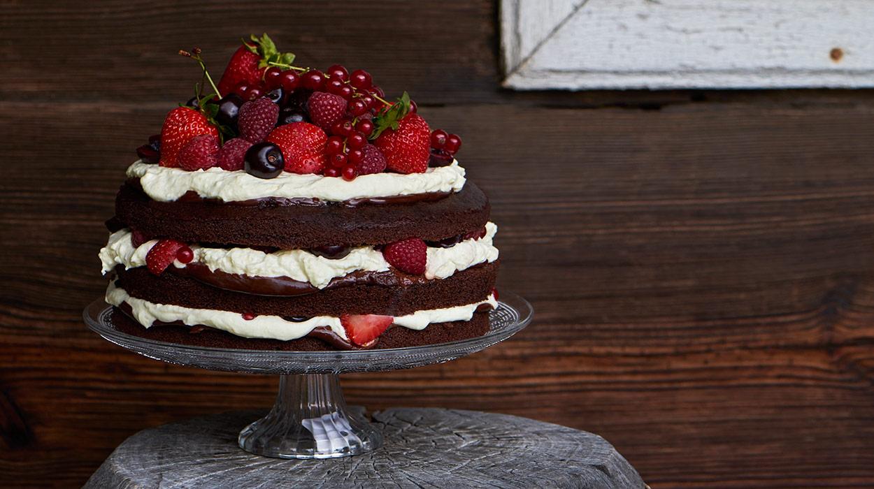 Czekoladowy tort z bitą śmietaną i owocami