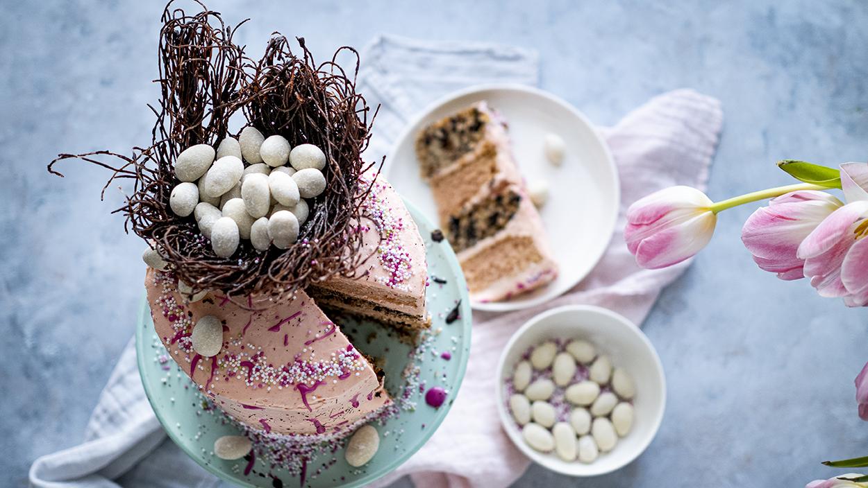 Wegański tort wielkanocny z czekoladowym gniazdem