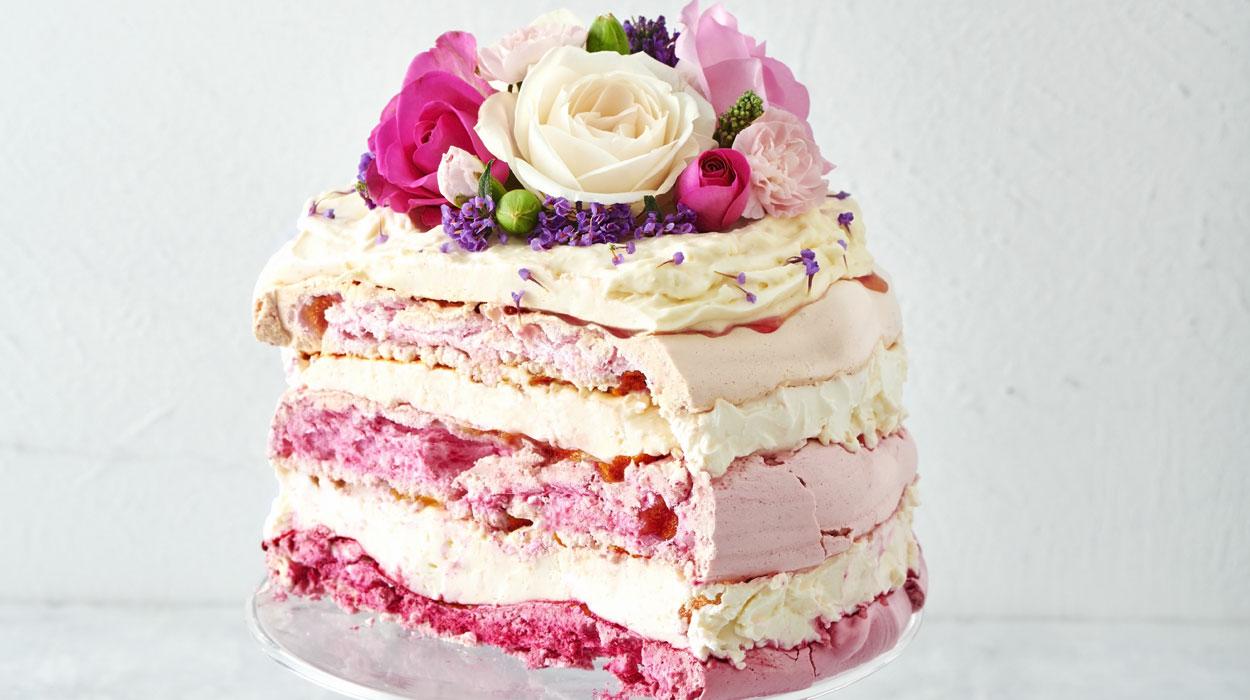 Tort bezowy ze śliwkami i malinami