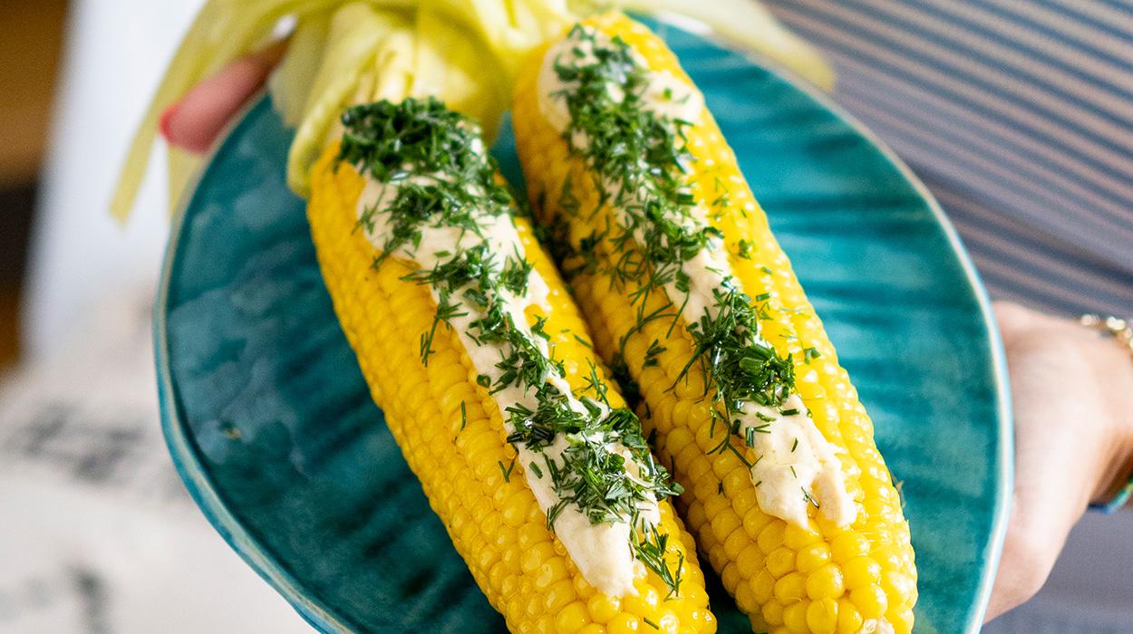 Gotowana kukurydza z sosem z humusu