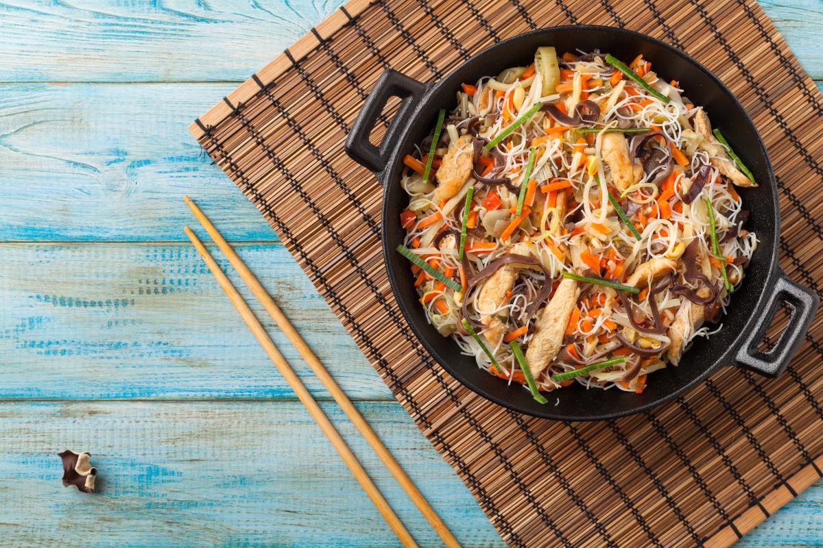 Makaron ryżowy z kurczakiem i mieszanką chińską
