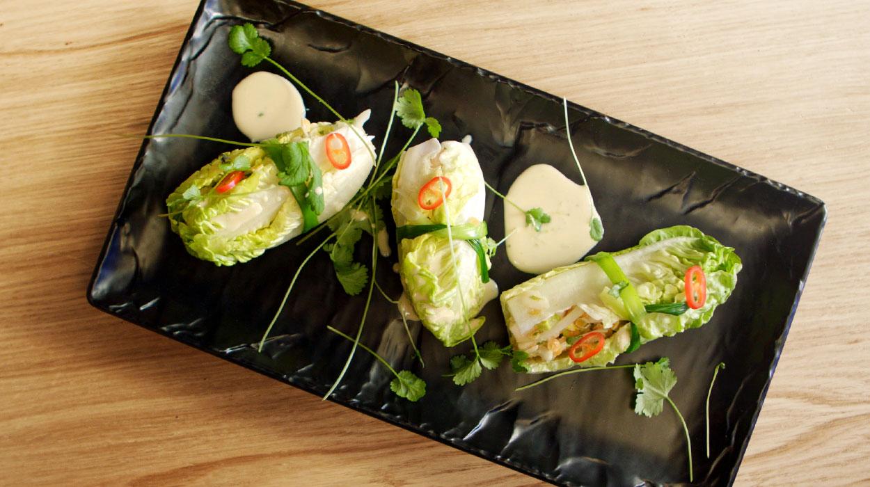 Orientalne wrapy z sałatką z kurczaka