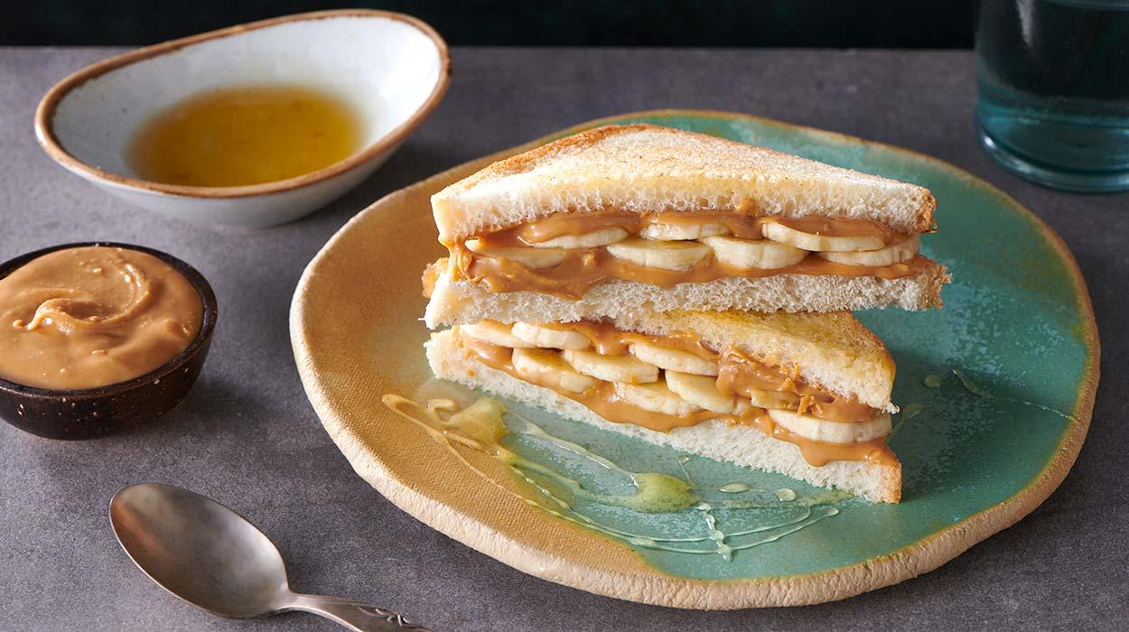 Domowy chleb tostowy z masłem orzechowym i bananami