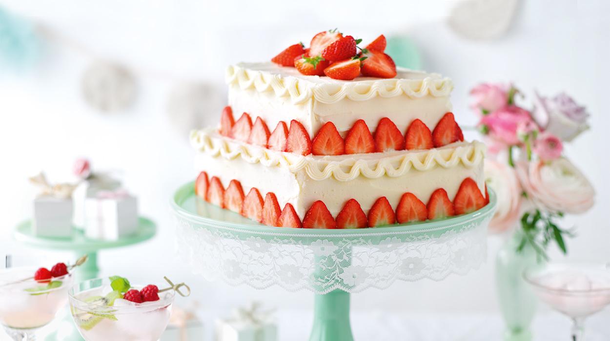 Migdałowy tort weselny z truskawkami