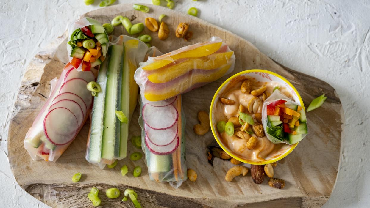 Rollsy z warzywami i sosem orzechowym
