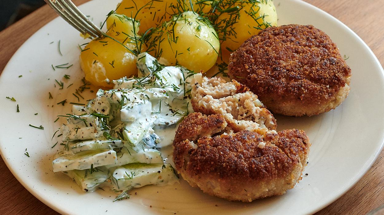 Kotlety mielone z młodymi ziemniakami i mizerią