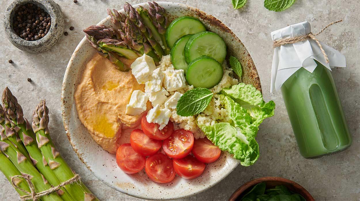 Humus bowl i koktajl owocowo-warzywny