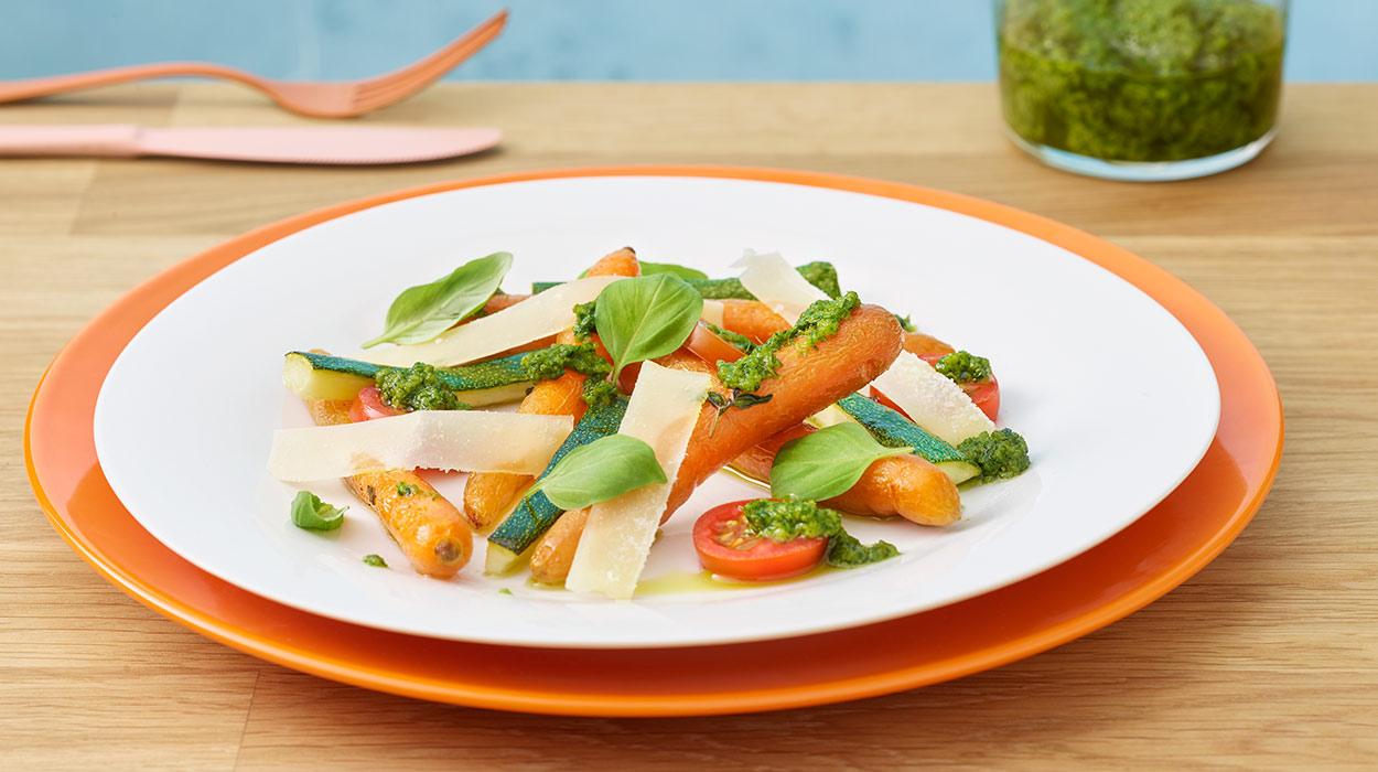 Pieczone marchewki i cukinia z ziołowym pesto
