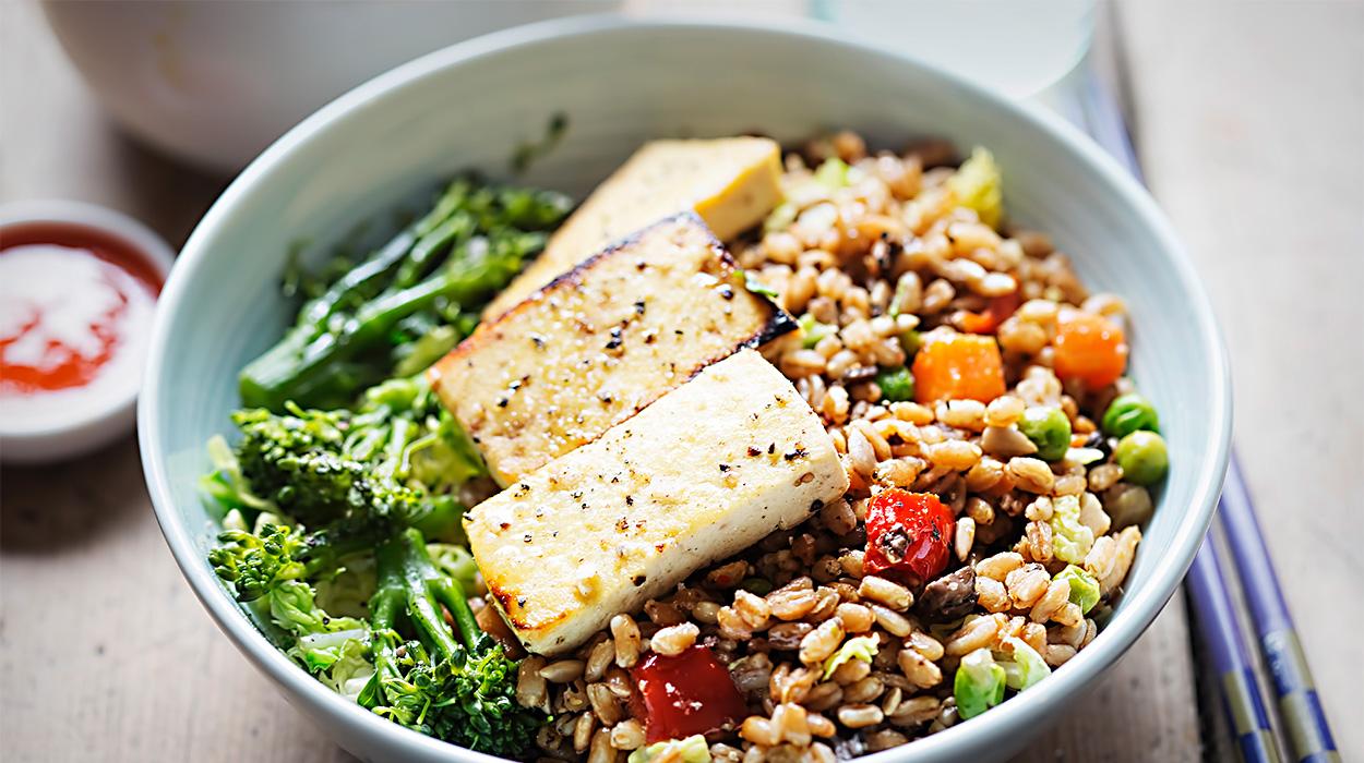 Bowl z kaszą orkiszową, warzywami i tofu