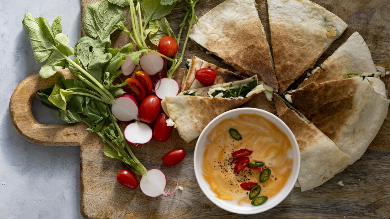 Quesadilla ze szpinakiem i serem halloumi oraz pikantnym sosem