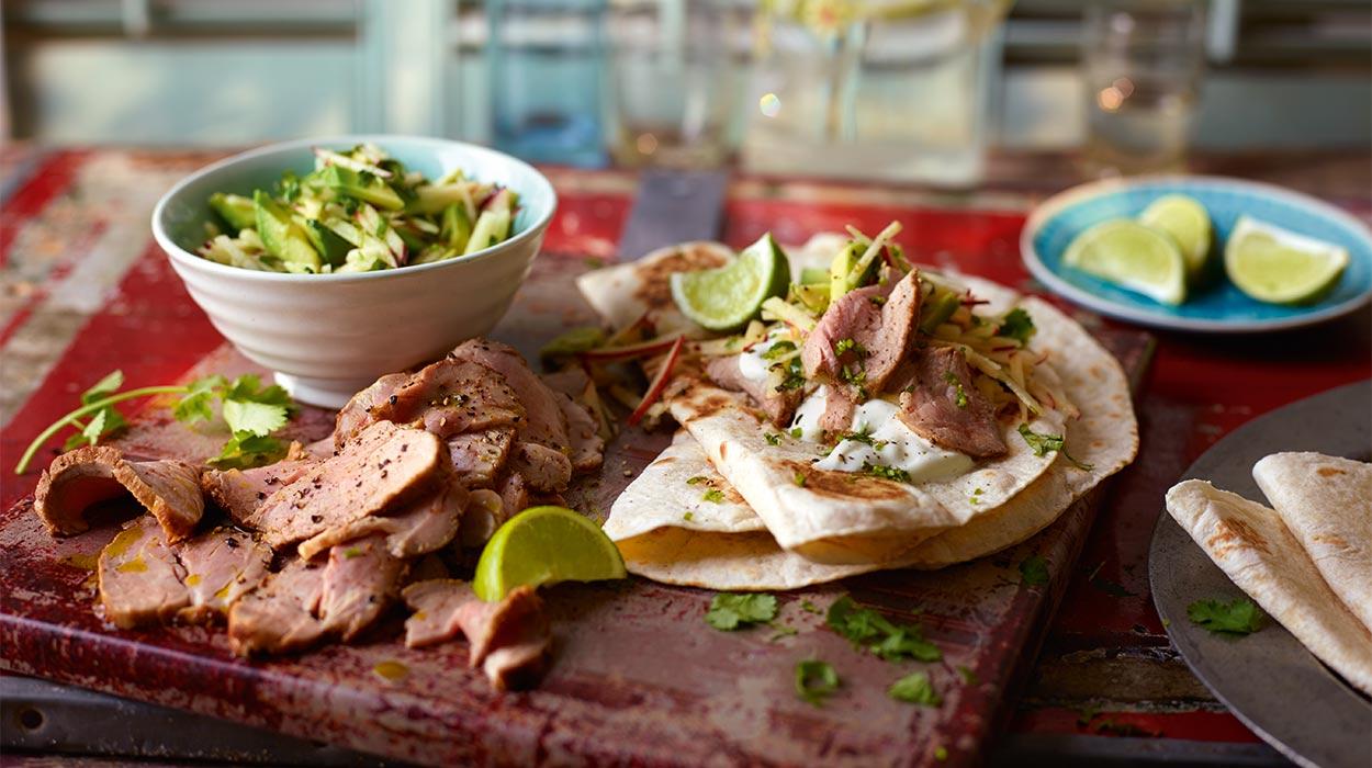 Tortille z polędwicą wieprzową i sałatką z awokado