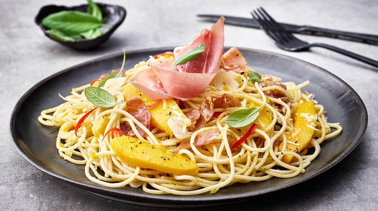 Spaghetti z dynią, szałwią i włoską szynką