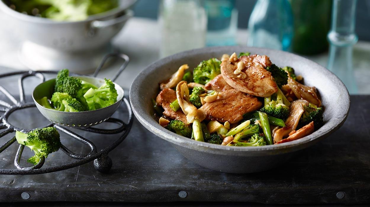 Kurczak z brokułami i boczniakami z woka