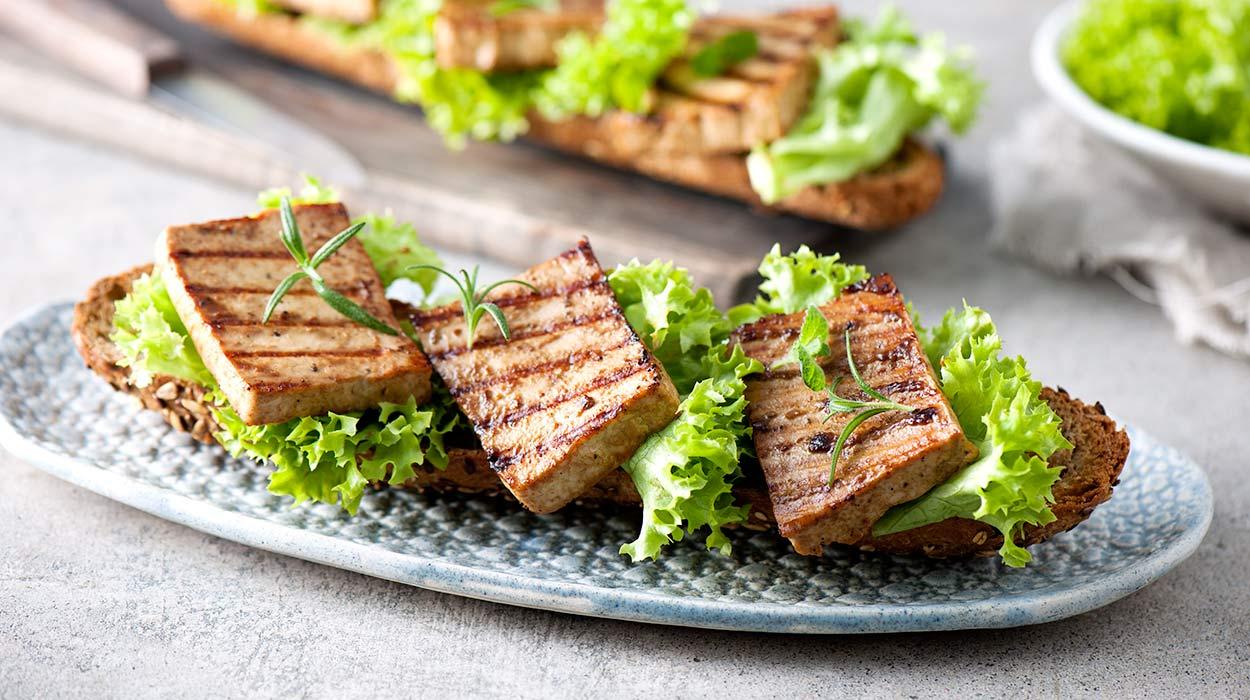Grillowane tofu na bagietce z ziarnami