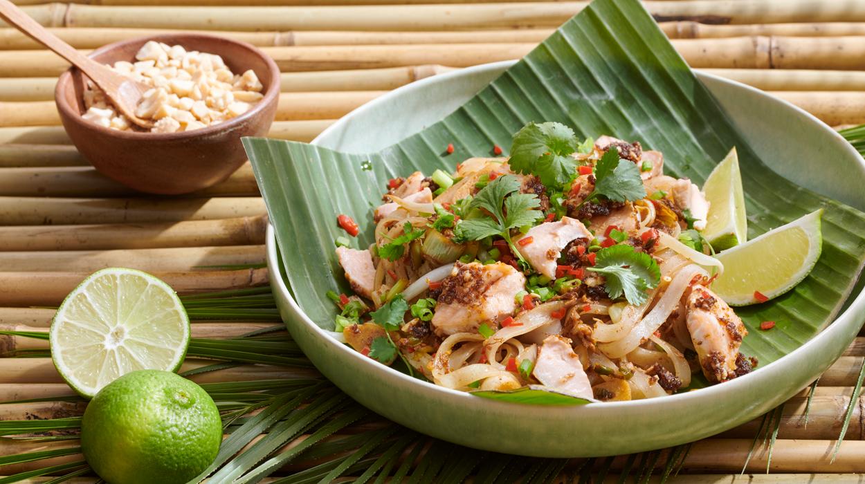 Pad thai z warzywami i pieczonym łososiem