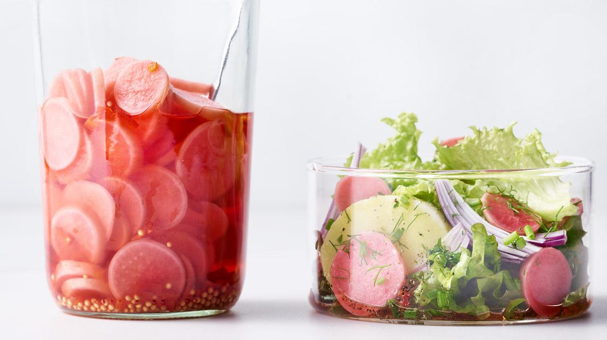 Marynowane rzodkiewki i sałatka ziemniaczana