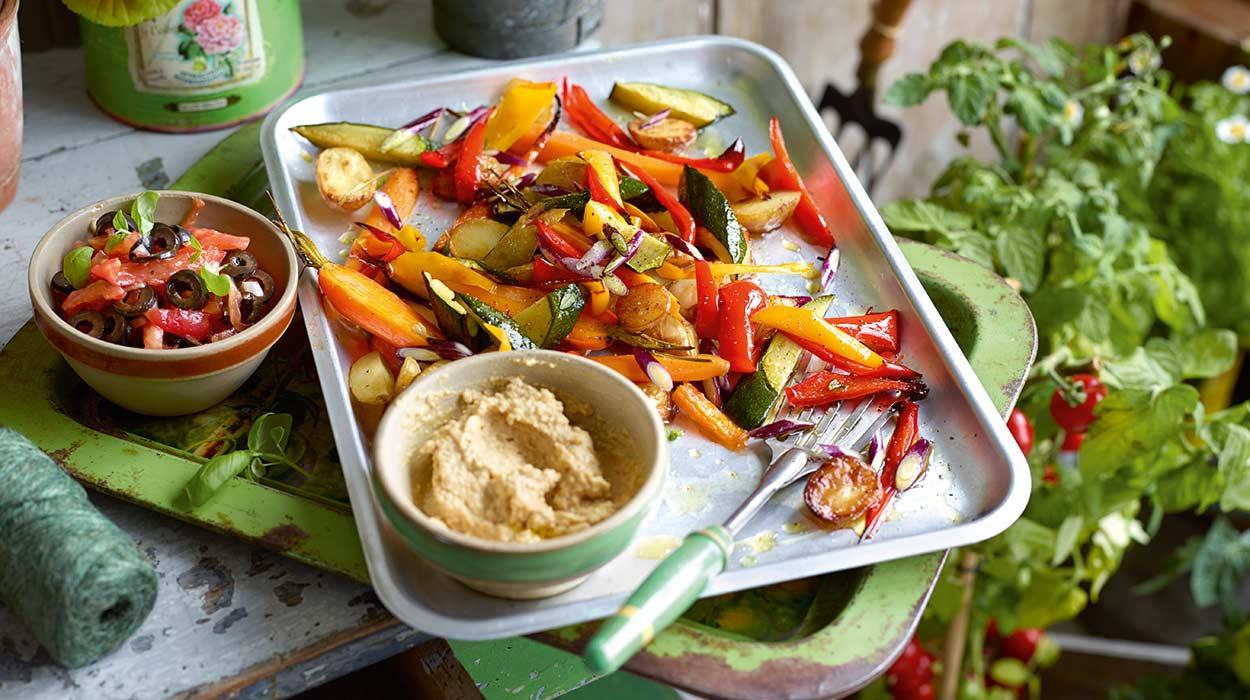 Warzywa z hummusem i salsą pomidorową