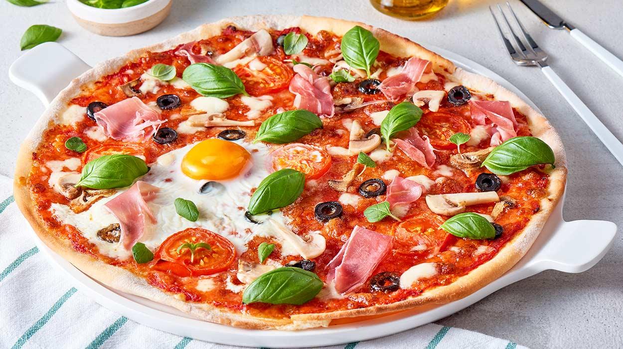 Pizza z bazyliowo-pomidorowym sosem
