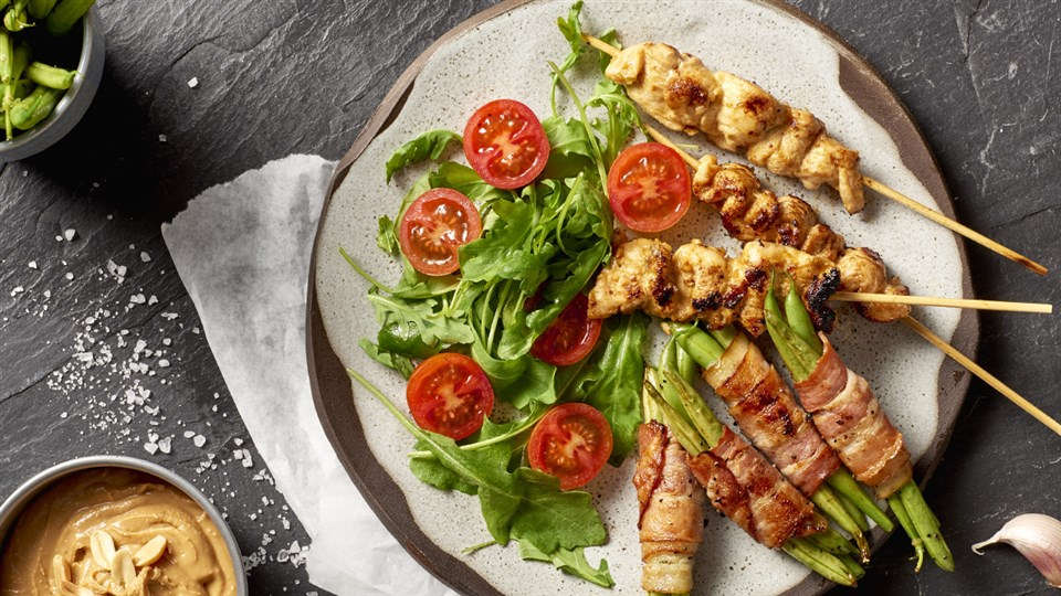 Grillowane szaszłyki z kurczaka z sosem z masła orzechowego i sałatką z fasolki szparagowej