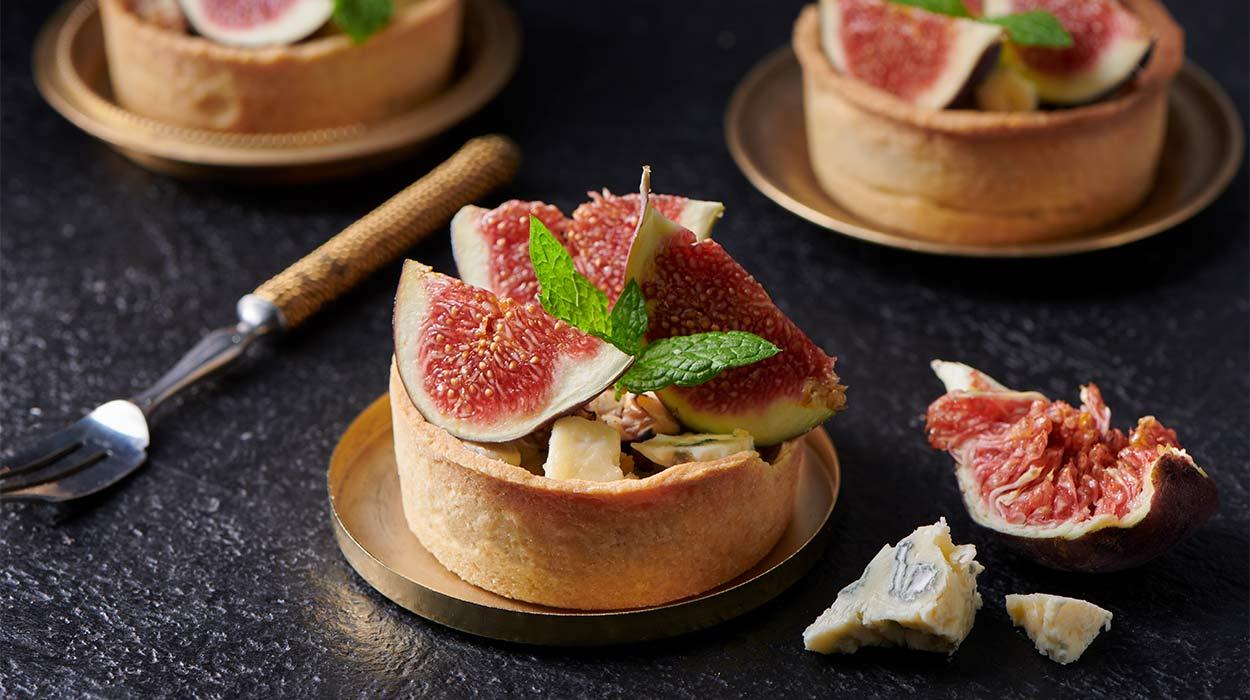Minitarty ze śliwkami, figami i serem pleśniowym
