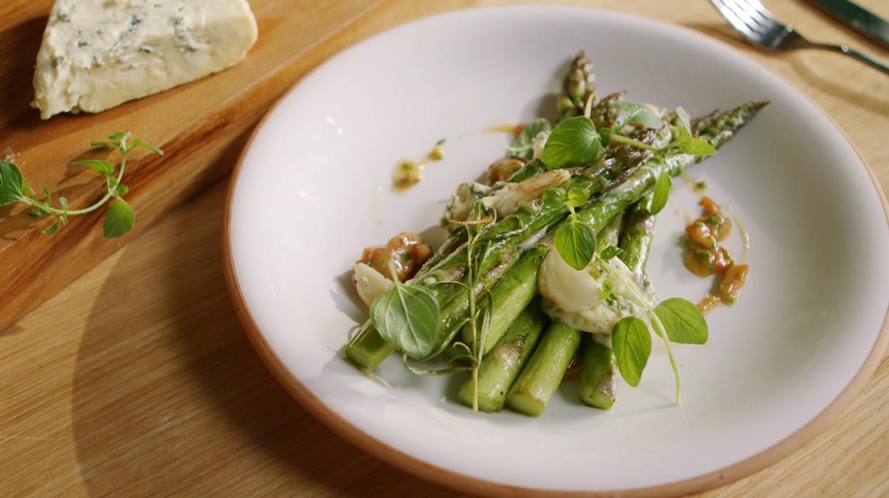 Sałatka ze szparagami i serem pleśniowym Blu Fou