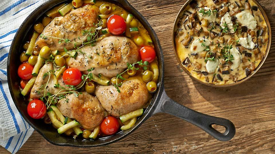 Kurczak z tymiankiem, oliwkami, pomidorami i cukinią w clafoutis z bakłażana