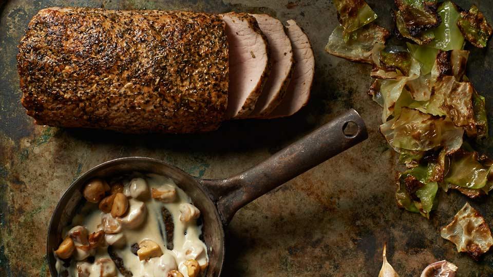 Schab pieczony z ziołami, z pieczoną kapustą i sosem pieczarkowym