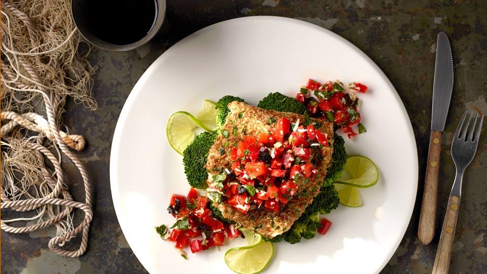 Dorsz w razowej panierce z sałatką z brokułów i paprykową salsą