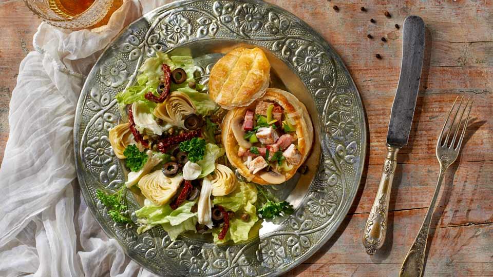 Vol-au-vent ze schabem i porami, w sosie pieczarkowym podawane z sałatą