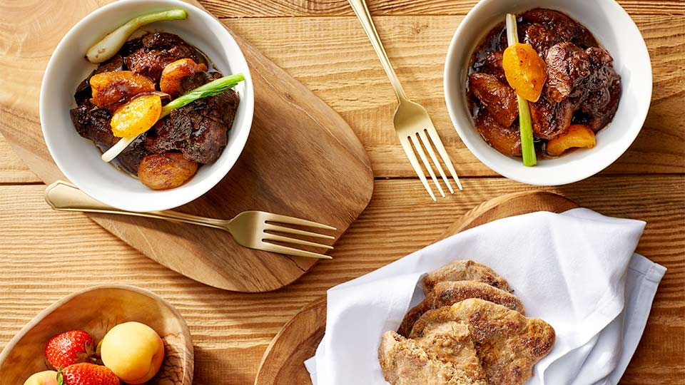 Wątróbki drobiowe ze smażonymi truskawkami i morelami z plackami