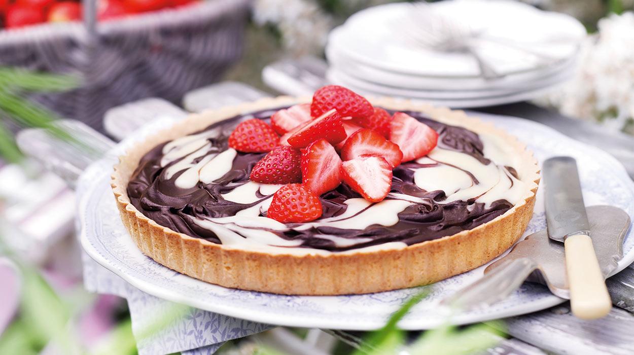 Tarta truskawkowa z kremem z białej i ciemnej czekolady