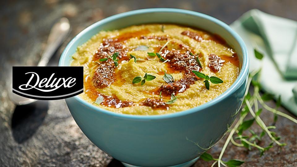 Zupa z pieczonego kalafiora i czosnku z marchewką i truflowym pesto