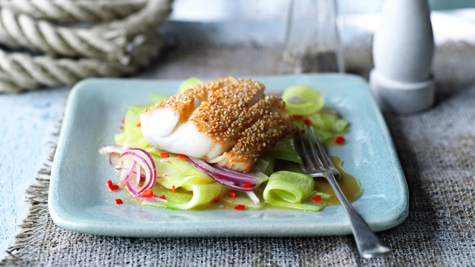 Smażona ryba w sezamie z azjatycką sałatką z ogórków