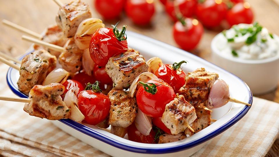 Wieprzowe szaszłyki z pomidorami i dipem twarożkowym