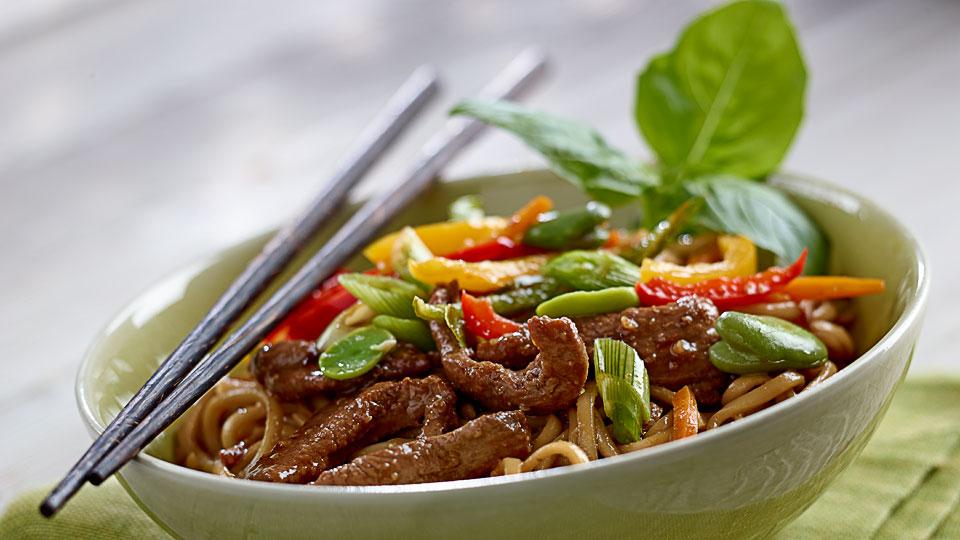 Kaczka ze smażonym makaronem Chow Mein i warzywami