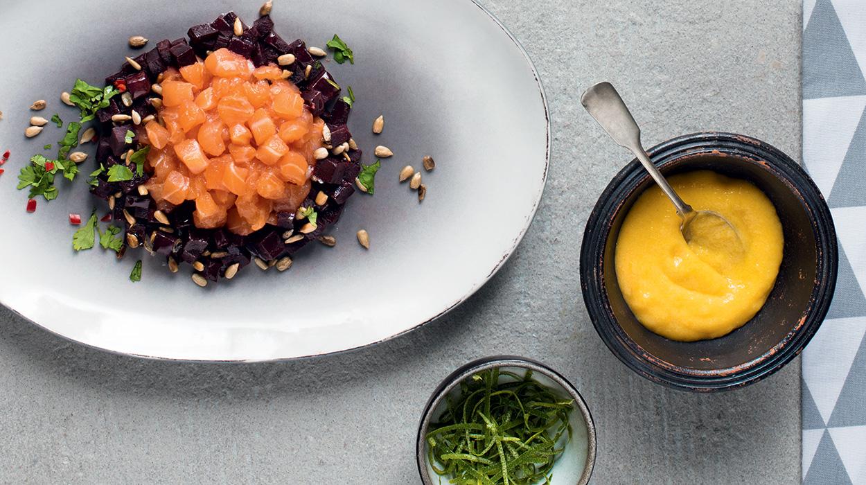 Tatar z marynowanego łososia z sosem z mango i sałatką z buraka