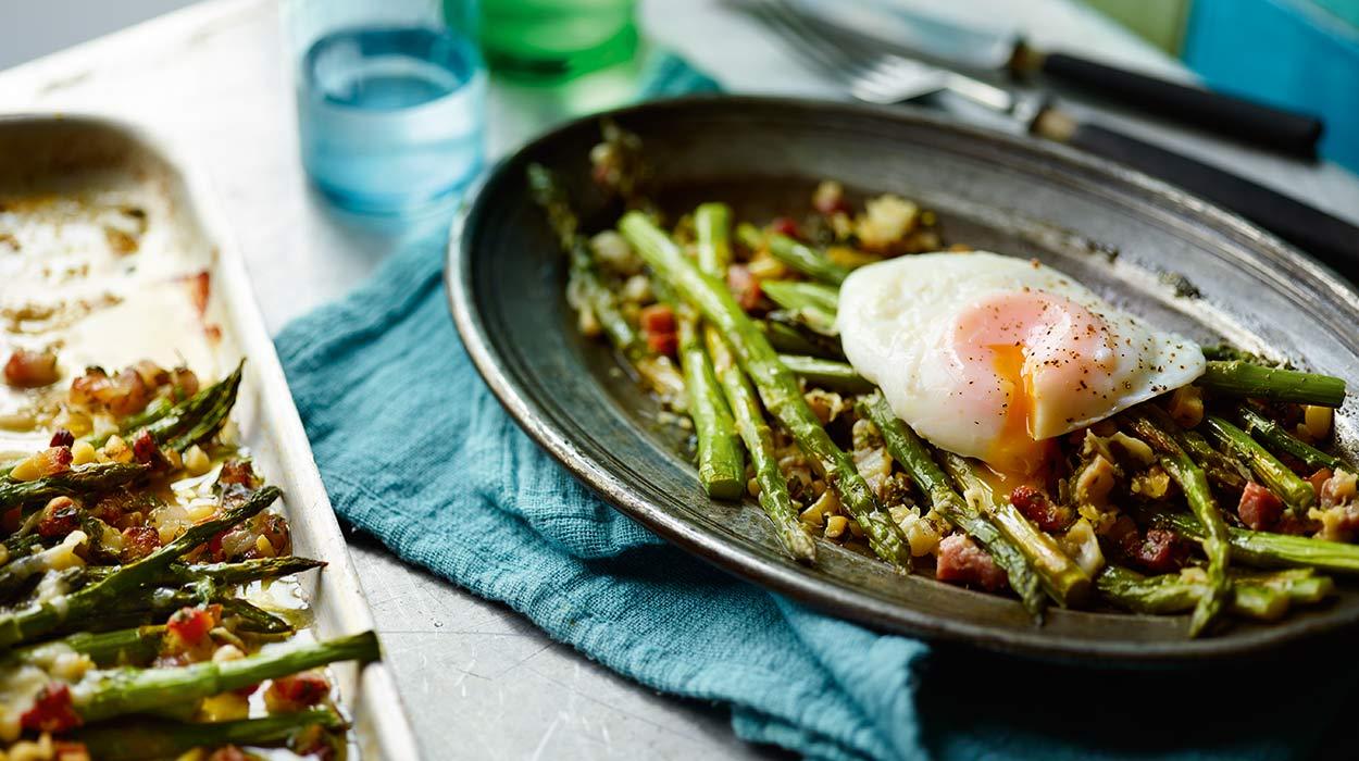 Zielone szparagi w chrupiącej panierce z szynki i parmezanu podawane z jajkami w koszulkach