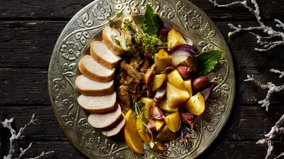 Piersi kurczaka w sosie borowikowo-serowym z ziemniakami z pieca