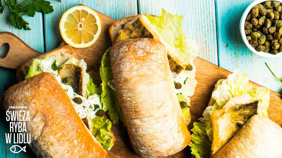 Burger z sandaczem z sosem z kaparów