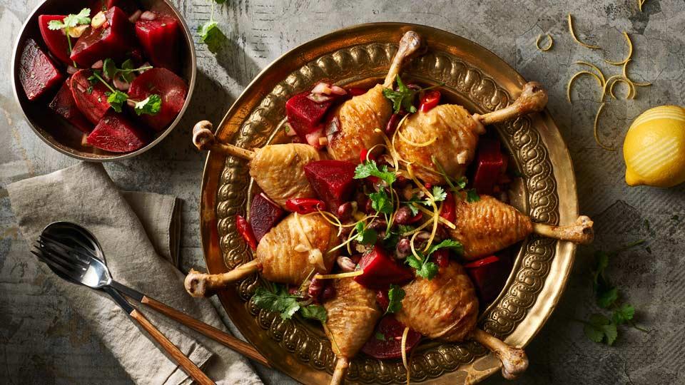 Podudzia kurczaka duszone w sosie z fasolą z sałatką z buraków