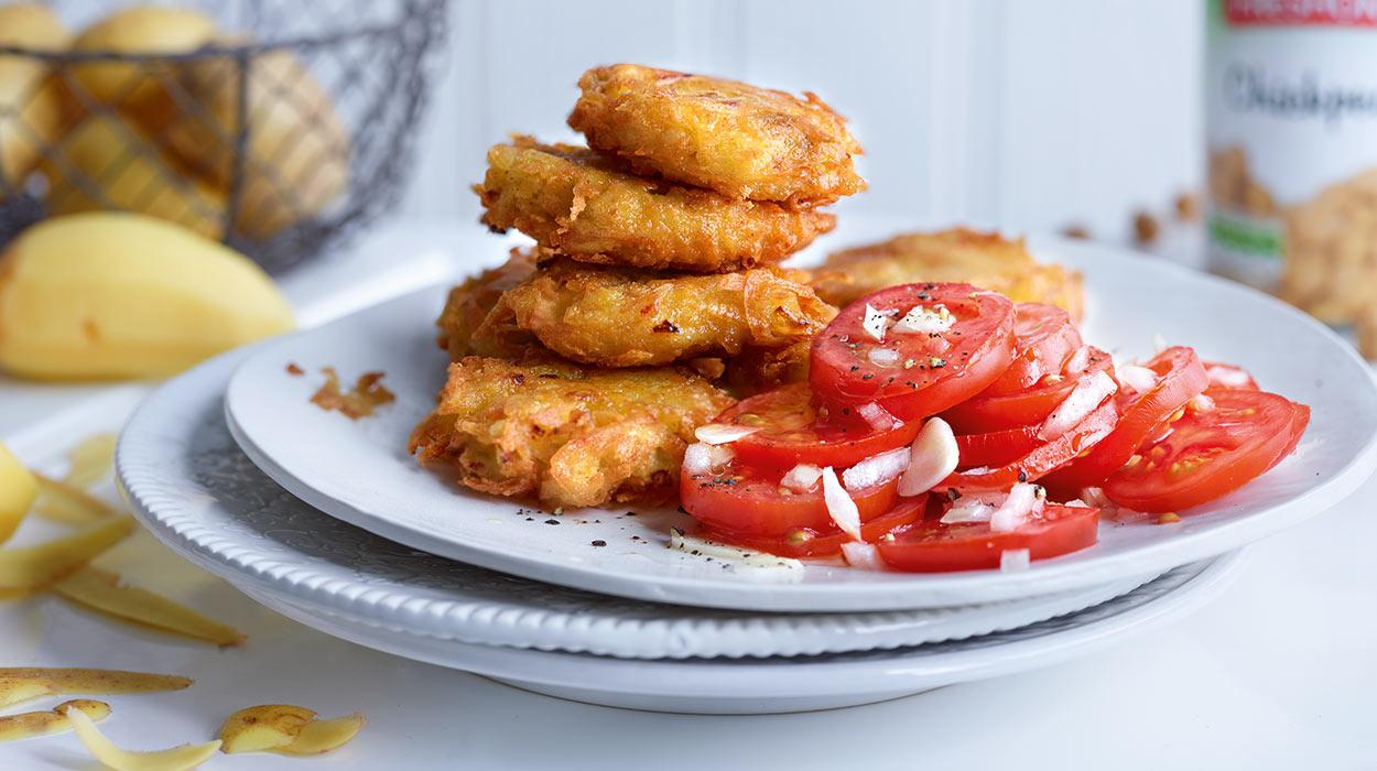 Placki ziemniaczane z ciecierzycą z sałatką z pomidorów