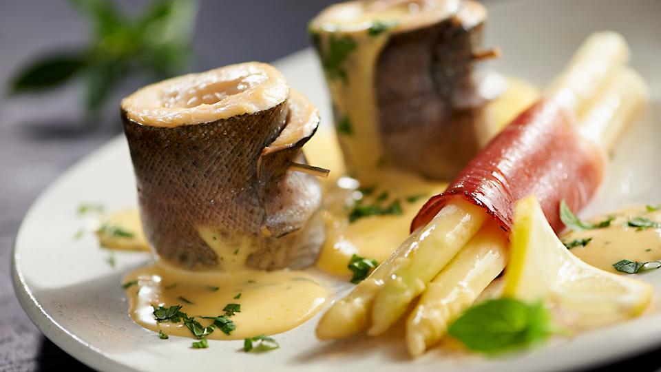 Filet z pstrąga w sosie holenderskim (miętowym) ze szparagami w szynce