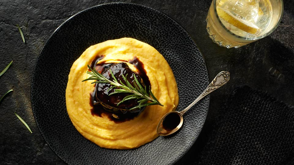 Bruk z polędwicy wołowej podany na purée z marchwi