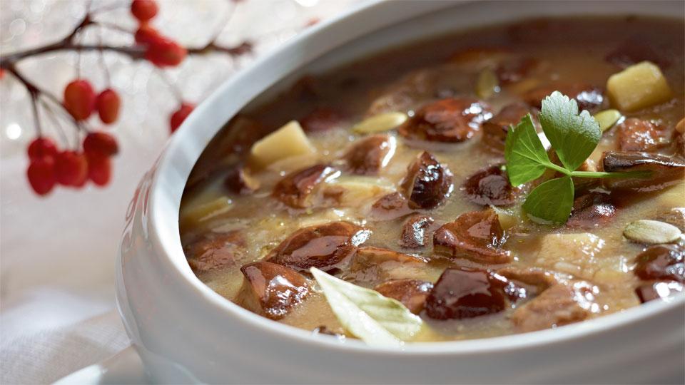 Zupa grzybowa z lubczykiem i prażonymi ziarnami dyni