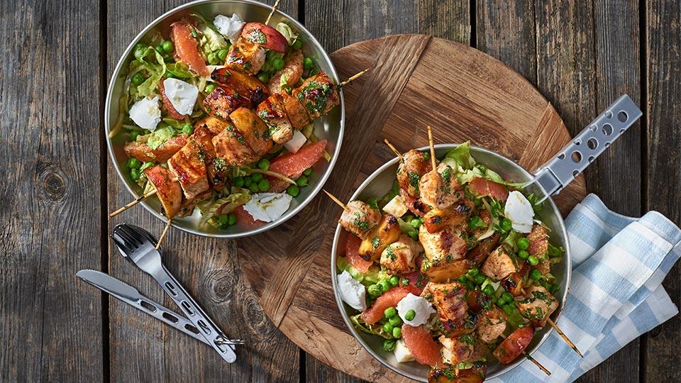Szaszłyki z indykiem i brzoskwiniami w sosie sojowym z sałatką z serem kozim