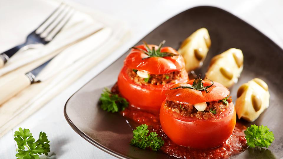 Pomidory faszerowane z puree pachnącym czosnkiem i z oliwkami
