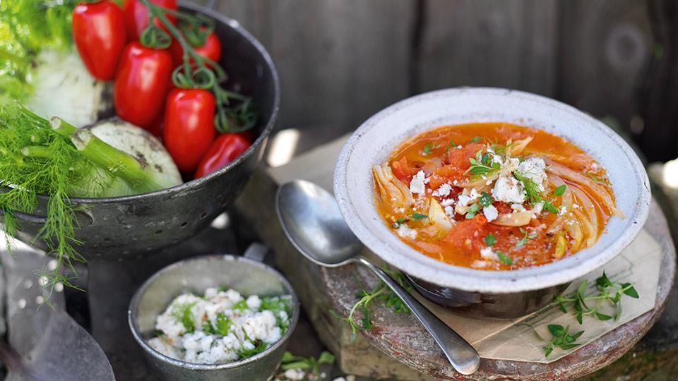 Zupa z pomidorów i kopru włoskiego z posypką z grzanek i fety