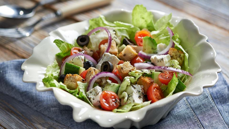 Śródziemnomorska sałatka z serem i oliwkami